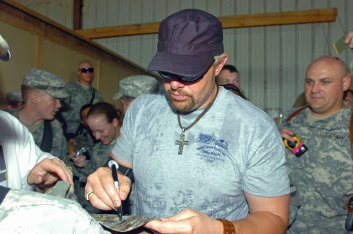 Toby Keith signs Soldiers hat
