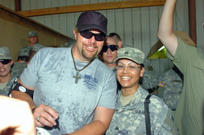Toby Keith with 4ID soldier