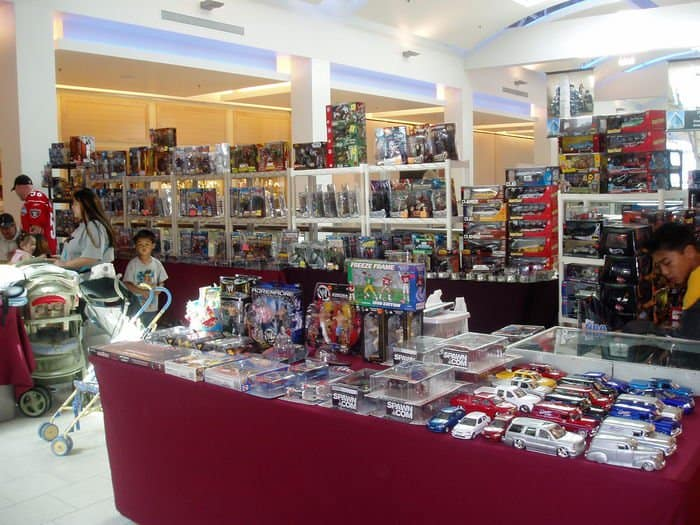 Collectors buy, sell and trade at Sunrise Mall Sports Card Show