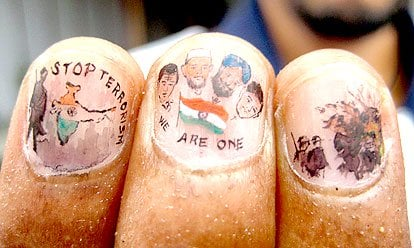 After bomb blast an artist shows Indian unity by his art on fingers nail