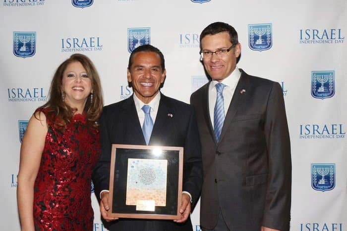 From L Mrs. Myra Segal Los Angeles Mayor Antonio Villaraigosa with his award by artist Ilan Ashkenzi Israel Consul General Mr. David Segal Photo Orly Halevy