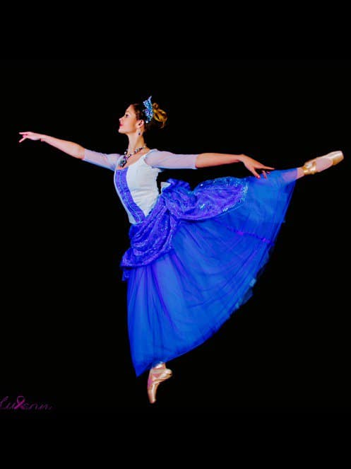 Ballerina Sophia Rolph as Holly Clau