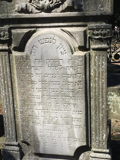 A grave with Hebrew writing.