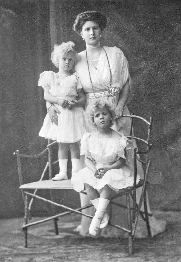 Princess-Alice of Battenberg, with Theodora and Margarita, 1910: photo wikimedia commons JTA
