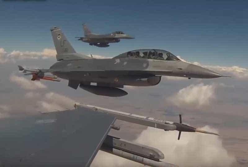 F-16s in flight.