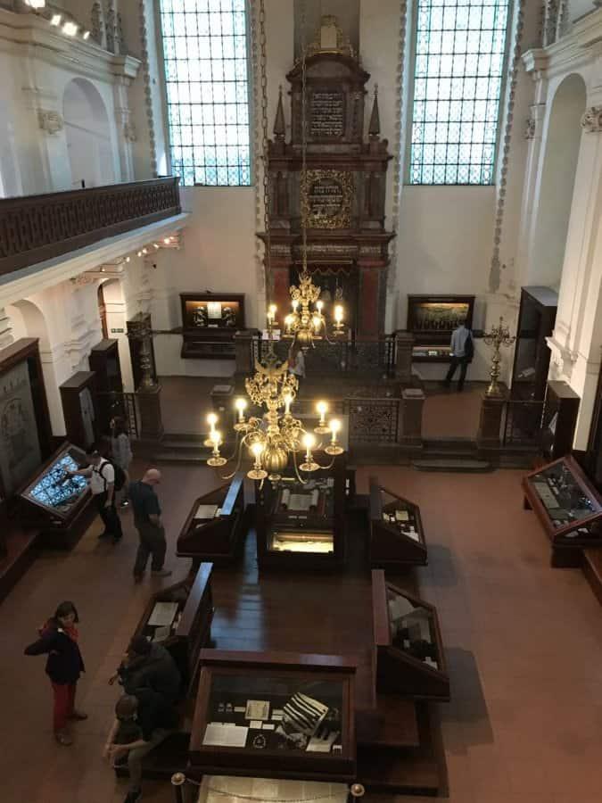 Inside the Klausen synagogue