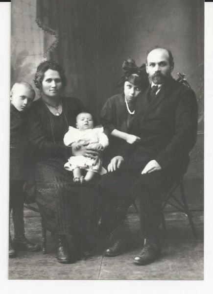 Rare photo: my grandparents from my father's side; my father's parents and their children (my father, the last to be born, is not in the photo yet) Grandparents-The Gringer famliy