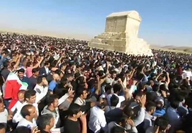 thousands of iranians at king cyrus' tomb in 2016.