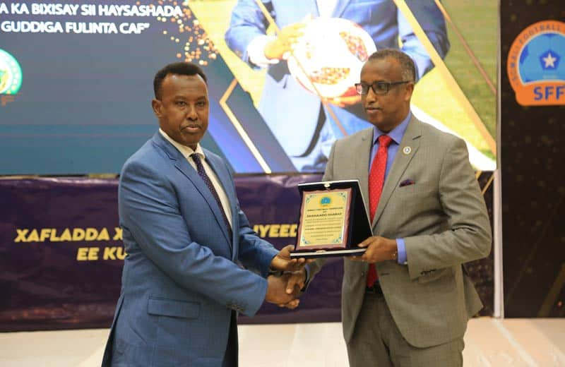 sff president abdiqani said arab l receives award from somali minister of labour social affairs mr duran farah. Photo: Omar Ibrahim Abdisalam