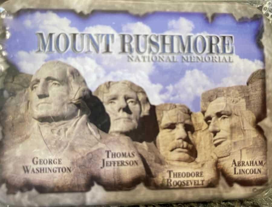 माउंट रशमोर को 'नमकीन-जीवन' स्टोर में एक कार्ड बॉक्स पर दर्शाया गया है - फोटो सौजन्य नुरिट ग्रेंगर